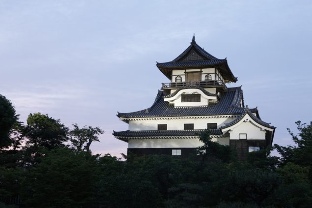 夕暮れの犬山城